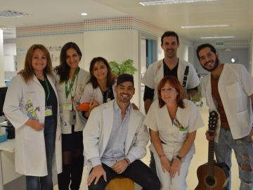 Salva Ortega lleva su música y su arte a las habitaciones de los pequeños pacientes