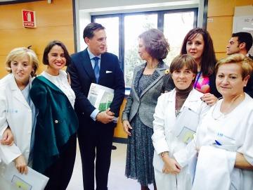 Lary León (segunda por la izquierda), coordinadora de Proyectos y Contenidos de las Fundación Atremedia; el doctor Francisco Reinoso, de la Unidad del Dolor de La Paz y la reina Doña Sofía, con personal sanitario del centro hospitalario.
