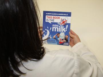 """La Fundación Atresmedia entrega el libro """"This book is THE MILK"""" a 50 hospitales de toda España"""