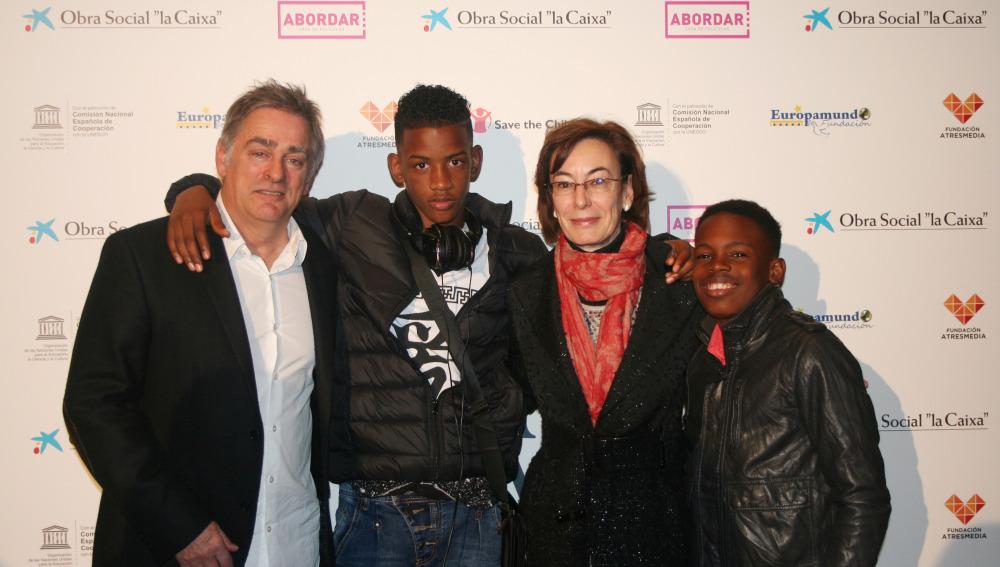Carmen Bieger, directora de la Fundación Atresmedia , con el director Pascal Plisson y dos actores de la película 'El gran día'