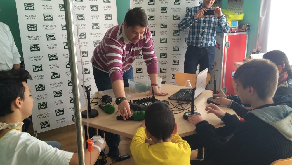 Los niños del Hospital Poniente de Almería disfrutan de los talleres de radio de Onda Cero