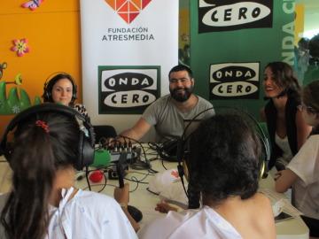 Los niños del Hospital Son Espases disfrutan con el taller de radio