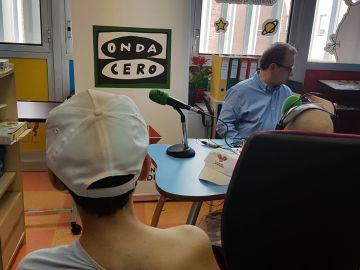 Los niños convierten el aula hospitalaria en un estudio de radio